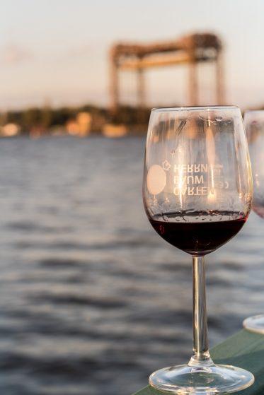 Weinglas am Hafen von Kamp, Copyright Sandra Buschow_sanstories.com